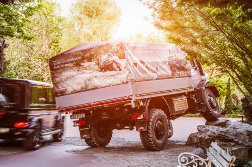 Aufnahme eines Mercedes Unimog U5023, der im Europapark einen Felsen hochfährt. Zur gleichen zeit wird dieser von einem Mercedes AMG G63 überholt. Bild entstanden auf Einladung von Mercedes Benz und dem Europapark