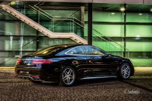 Nachtaufnahme einer schwarzen Mercedes AMG S-Klasse Coupè vor der AMG Hauptzentrale auf Einladung von Mercedes Benz