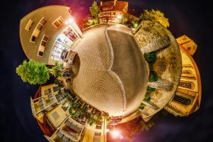 Der Planet Gärtringen – in diesem Fall an der Kirchstraße vor der St. Veit Kirche in Gärtringen. Ein 360 Grad Rundumblick in der Form einer Sphäre