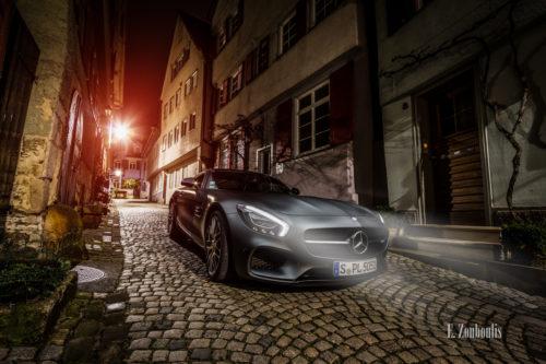Nachtaufnahme eines Mercedes AMG GTS in der Altstadt von Esslingen. Im Vordergrund der AMG mit leuchtenden Schweinwerfern auf dem Pflasterstein und im Hintergrund die charakteristischen Häuser Esslingens. Bild entstanden auf Einladung von Mercedes Benz