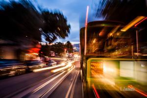Abendaufnahme hearaus aus einer fahrenden Seilbahn (Cable Car) in San Francisco. Rechts im Bild eine durch Geschwindigkeit verschwommene Seilbahn, die Richtung Fisherman's Wharf fährt