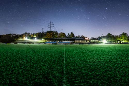 Rundumaufnahme in einer sternenklaren Nacht auf dem Fußballplatz am Weingarten des FC Gärtringen in einem 360 Grad Panorama