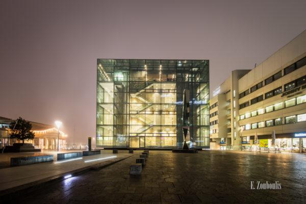 Nachtaufnahme am kleinen Schloßplatz in Stuttgart vor dem Kunstmuseum. Links im Bild ist die Beleuchtung vom Stuttgarter Weihnachtsmarkt zu erkennen