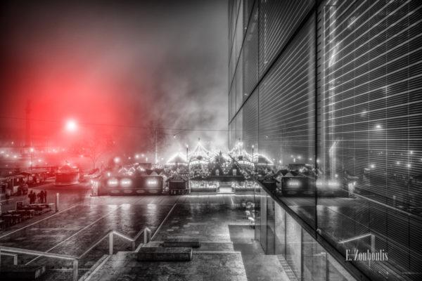 Nachtaufnahme am Schlossplatz in Stuttgart vor dem Kunstmuseum. Schwarzweiß mit rotem Lichteffekt über den Lichtern vom Stuttgarter Weihnachtsmarkt