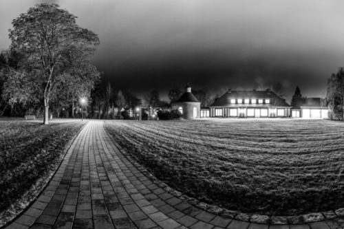 Rundumaufnahme bei Nacht in Schwarzweiß vor der Villa Schwalbenhof in Gärtringen in einem 360 Grad Panorama