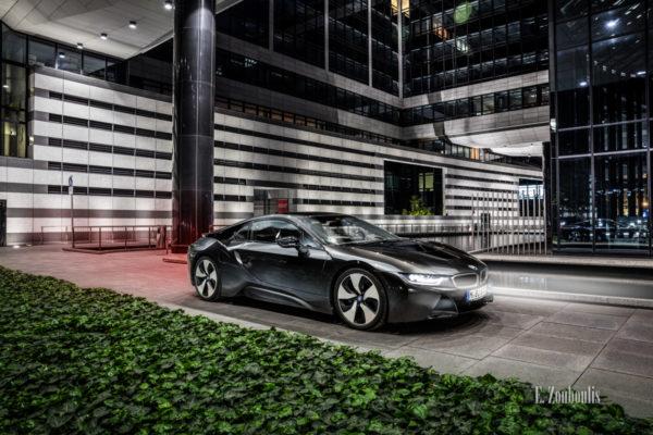 Nachtaufnahme eines BMW i8. Blick seitlich auf die Front des Hybridwagens im Park der Landesbank BW. Mit freundlicher Genehmigung der LBBW in Zusammenarbeit mit der BMW Niederlassung Stuttgart