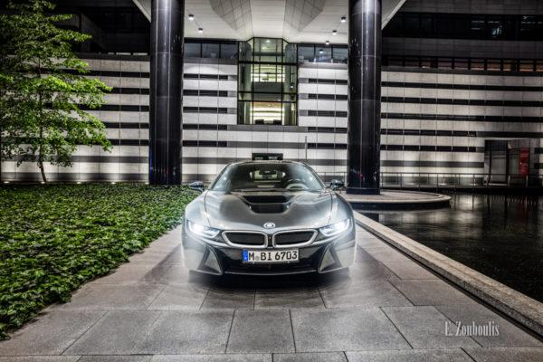 Nachtaufnahme eines BMW i8. Blick auf die Front des Hybridwagens im Park der Landesbank BW. Mit freundlicher Genehmigung der LBBW in Zusammenarbeit mit der BMW Niederlassung Stuttgart