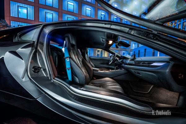 Nachtaufnahme eines BMW i8. Blick durch den Innenraum des Hybridwagens vor der Stadtbibliothek Stuttgart. In Zusammenarbeit mit der BMW Niederlassung Stuttgart