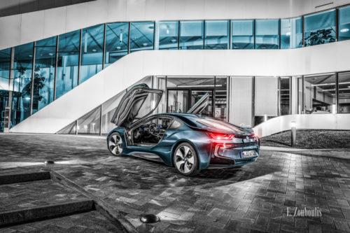 Nachtaufnahme eines BMW i8. Blick seitlich auf das Heck des Hybridwagens vor dem Fraunhofer IAO in Stuttgart Vaihingen. Mit freundlicher Genehmigung des Fraunhofer Instituts in Zusammenarbeit mit der BMW Niederlassung Stuttgart
