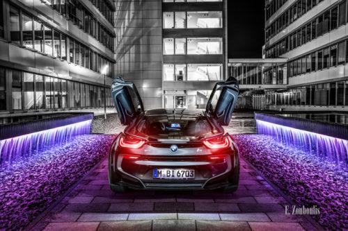 Nachtaufnahme eines BMW i8. Blick auf das Heck des Hybridwagens auf dem Gelände der EnBW in Stuttgart-Fasanenhof. Mit freundlicher Genehmigung der EnBW in Zusammenarbeit mit der BMW Niederlassung Stuttgart