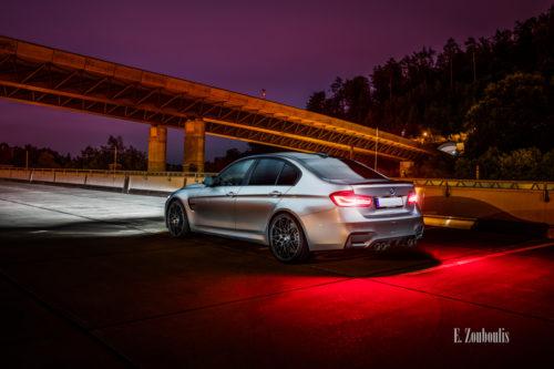 Nachtaufnahme eines BMW M3 in Stuttgart. Blick seitlich auf das Heck des M3. Im Vordergrund der BMW, im Hintergrund die Brücke der B14 in Stuttgart-Heslach