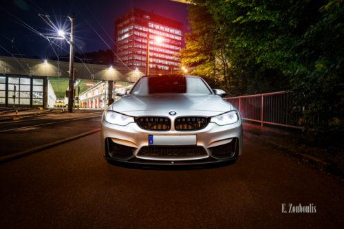 Nachtaufnahme eines BMW M3 in Stuttgart-Vogelrain. Blick frontal auf den M3. Im Vordergrund der BMW, im Hintergrund das Straßenbahn Depot Heslach und das Gebäude des Kubus360
