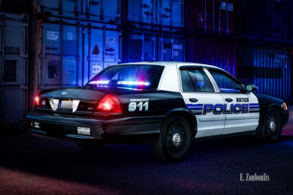 Amerikanisches Polizei Auto im Einsatz. Im Hintergrund sind Container zu sehen