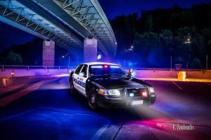 Amerikanisches Polizei Auto im Einsatz. Im Hintergrund ist die Brücke der B14 in Stuttgart Vogelrain zu sehen