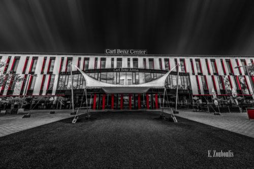 Schwarzweiß Aufnahme mit roten Elementen an der Carl Benz Arena am Neckarpark in Stuttgart
