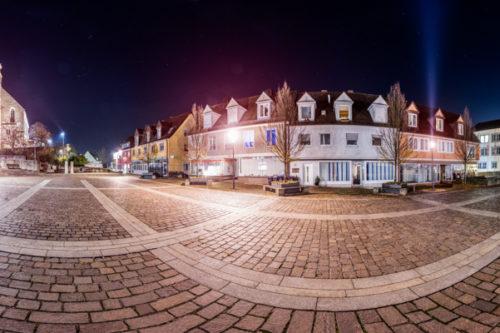 Rundumaufnahme in einer sternenklaren Nacht auf dem Marktplatz in Böblingen in einem 360 Grad Panorama. Rechts in Bild das Rathaus und links ist die St. Dionysius Kirche zu sehen neben dem Fleischermuseum und den schönen Fachwerkhäusern