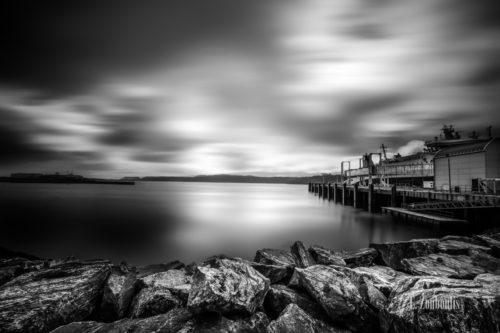 Schwarzweiß-Aufnahme am Hafen der Stadt Stornoway, im Nordwesten Schottlands