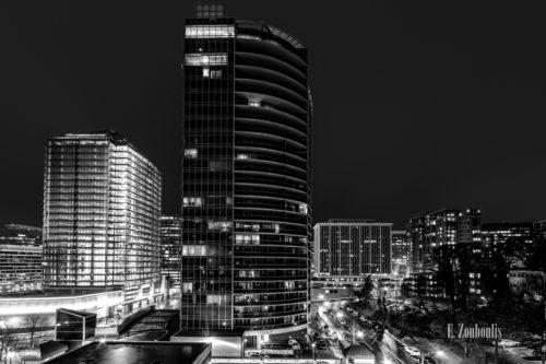 Blick über Arlington bei Nacht in einer Schwarzweiß Aufnahme. Im Vordergrund Der Verkehr, der durch die Straßen zieht. Die Hochhäuser ragen in den Himmel empor