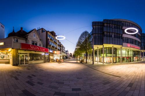 360° Rundumblick an der Bahnhofstraße in Böblingen. Im Vordergrund das Gebäude der Kreissparkasse. Seitlich der Springbrunnen und im Hintergrund die Wolfgang-Brumme-Allee