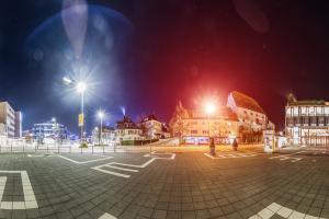 Rundumaufnahme am Elbenplatz in Böblingen bei Nacht. Blick von der Herrenberger Straße Links, über die Poststraße in der Mitte des Bildes bis zu dem Unteren See hinter den Bäumen rechts im Bild