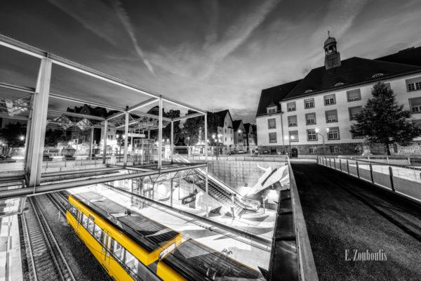 Schwarzweiß-Aufnahme mit einer gelb einfahrenden Straßenbahn am Wilhelm-Geiger-Platz in Stuttgart-Feuerbach
