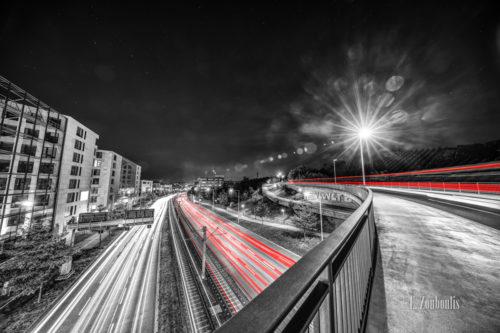 Schwarzweiss-Aufnahme über der Brücke an der B10 / B27 in der Nähe vom Pragsattel in Stuttgart Feuerbach. Der vorbeifahrende Verkehr hinterlässt rote Lichtschweife