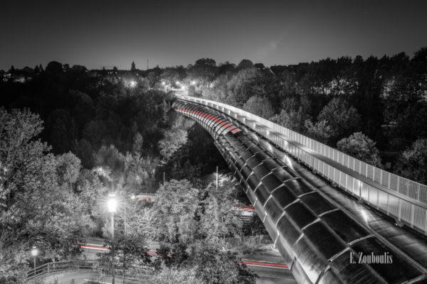 Schwarzweiss-Aufnahme am Österfeld / in Stuttgart Vaihingen. Im Vordergrund ist der Österfeldtunnel mit seiner einzigartigen Architektur zu sehen. Der Verkehr im Tunnel und an der Kaltentaler Abfahrt hinterlässt einen roten Lichtschweif