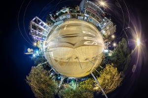 Der Eugensplatz in Stuttgart in Kugelform – als kleiner eigenständiger Planet