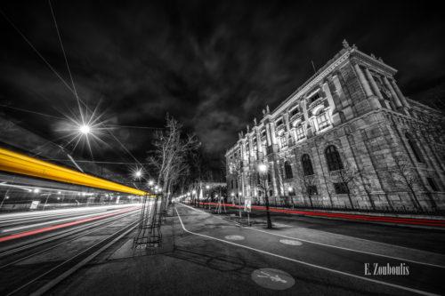 Schwarzweiß-Fotografie am Burgring in Wien mit vorbeiziehendem Verkehr vor dem Kunsthistorischen Museum
