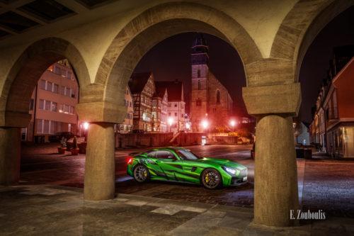 Fotografie eines Sievers Performance AMG GTR Green Tiger. Im Hintergrund ist der Marktplatz und die Stadtkirche in Böblingen zu sehen