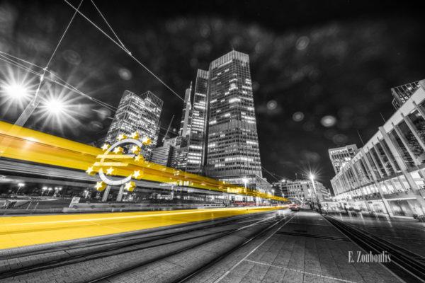 Schwarzweiß Fotografie am Bankenviertel in Frankfurt am Main mit gelben Light Trails