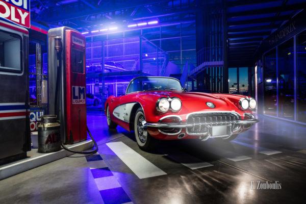 Eine 1961 Chevrolet Crovette C1 neben einer alten Tankstelle