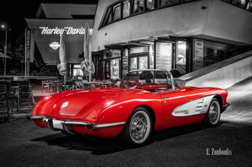 Eine 1961 Chevrolet Corvette C1 an der Motorworld Böblingen bei Stuttgart. Rote Corvette mit Hintergrund in schwarz weiss.