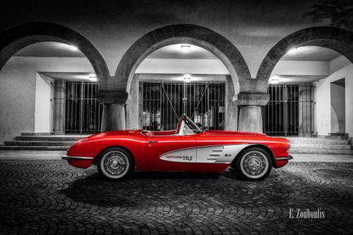 Eine 1961 Chevrolet Corvette C1 am Rathaus in Böblingen bei Nacht. Rote Corvette mit Hintergrund in schwarz weiß