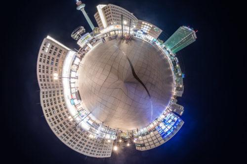 Armillarsphäre Berlin - Kleine Planeten Fotografie am Alexanderplatz Berlin bei Nacht