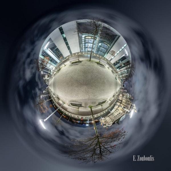 Alexandra Feodorowna Vol II - Am Reichstag im Regierungsviertel in Berlin mit Blick auf das Paul Löbe Haus als kleiner Planet
