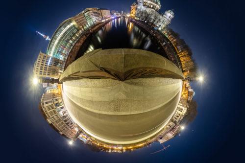 Planet Friedrichsbrücke Berlin - Auf der Friedrichsbrücke in Berlin mit Blick auf den Berliner Dom und die Spree