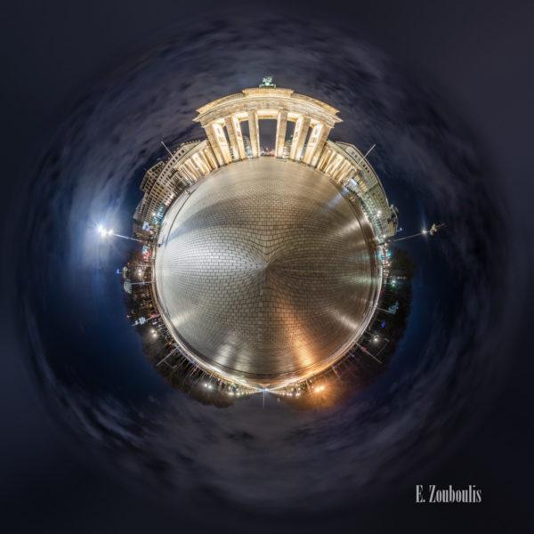 Berlin - Ja ich Will - Vor dem Brandenburger Tor in Berlin bei Nacht als kleiner Planet
