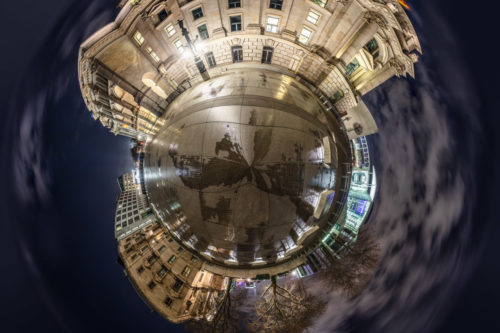 Planet Friedrich Ebert Platz Berlin - Vor dem Reichstag in Berlin bei Nacht mit Blick auf das Marie-Elisabeth-Lüders Haus als kleiner Planet