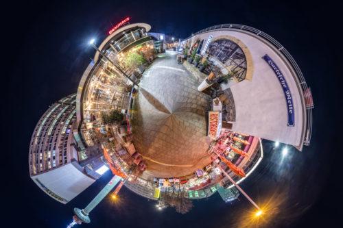 Planet Hackesche Meile Berlin - Die Hackesche Meile Berlin bei Nacht als kleiner Planet
