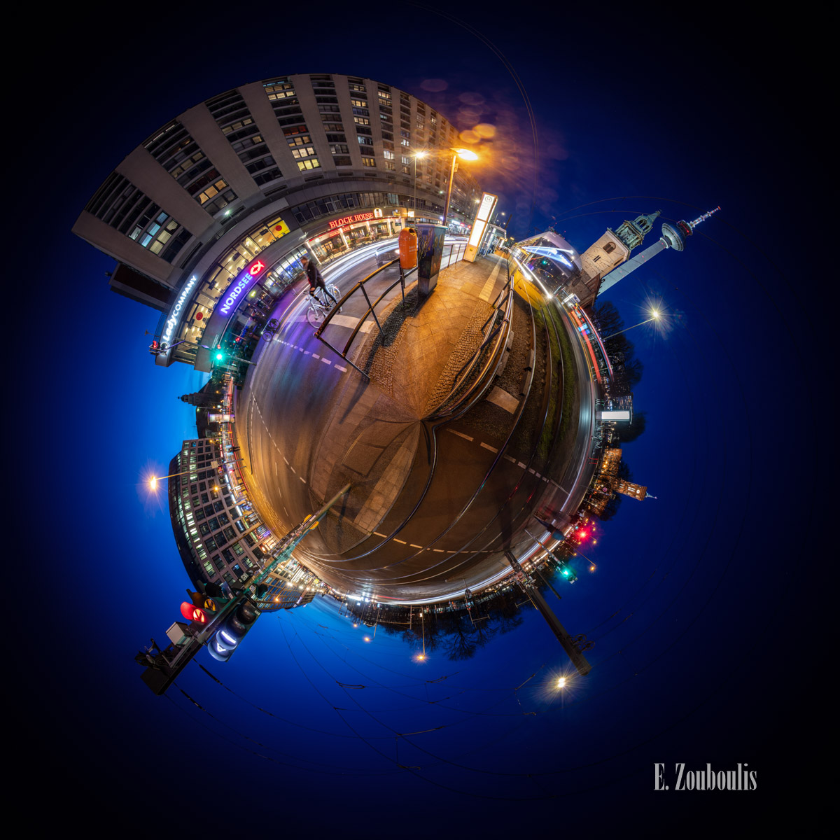 Planet Berlin Crossroads - An der Kreuzung Spandauer Straße in Berlin bei Nacht als kleiner Planet