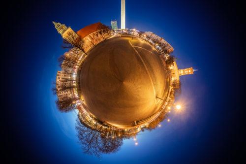 Planet Alexanderplatz Berlin - Am Alexanderplatz Berlin bei Nacht als kleiner Planet mit Blick auf den Fernsehturm und die Marienkirche