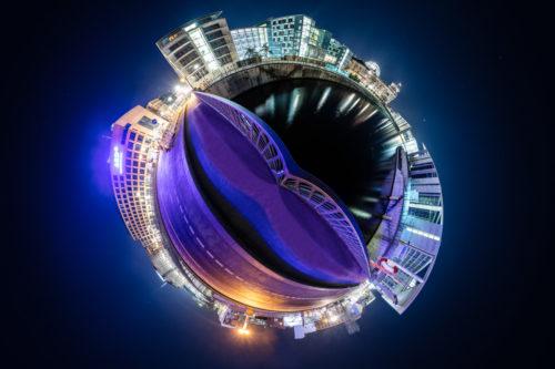 Berlin Supersonic - Kleiner Planet der Marschallbrücke mit Blick auf das ARD Hauptstadtstudio und die Spree in der sich die Regierungsgebäude spiegeln bei Nacht