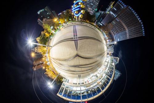 Planet Systemrelevanz - Der Willy-Brandt-Platz in Frankfurt mit Blick auf die Oper und den Eurotower bei Nacht als kleiner Planet