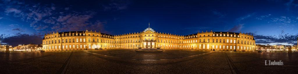 360 Grad Panorama Fotografie am Schlossplatz in Stuttgart zur blauen Stunde. Zu sehen ist das Neue Schloss