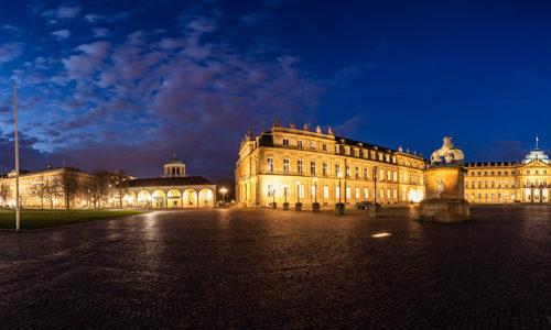 360 Grad Panorama Fotografie am Schlossplatz in Stuttgart zur blauen Stunde. Zu sehen ist das Neue Schloss und die Jubiläumssäule vor dem Königsbau