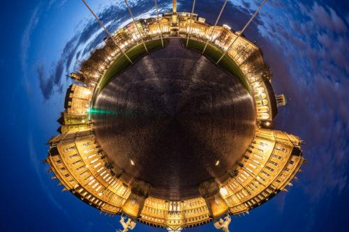 360 Grad Fotografie am Schlossplatz in Stuttgart zur blauen Stunde als kleiner Planet. Zu sehen ist das Neue Schloss und die Jubiläumssäule vor dem Königsbau
