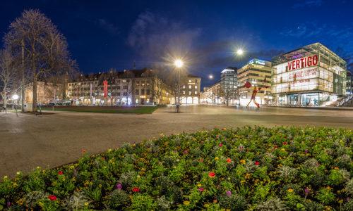 360 Grad Panorama Fotografie am Schlossplatz in Stuttgart zur blauen Stunde. Zu sehen ist das Kunstmuseum und der Königsbau neben der Freitreppe entlang der Königstraße. Im Hintergrund ist die Jubiläumssäule vor dem Neuen Schloss zu sehen