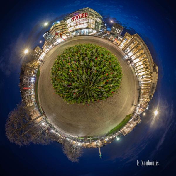 360 Grad Fotografie am Schlossplatz in Stuttgart zur blauen Stunde als kleiner Planet. Zu sehen ist das Kunstmuseum und der Königsbau entlang der Königstraße in der Stuttgarter Innenstadt