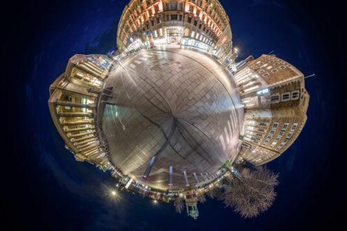 Kleiner Planet aus einer 360 Grad Panorama Fotografie am Schlossplatz in Stuttgart zur blauen Stunde. Zu sehen ist der Königsbau links. In der Mitte befindet sich der Marquardtbau und rechts ist der Königin Olga Bau zu sehen